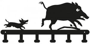 Schlüsselbrett: Ein kleiner, frecher Dackel jagt ein Wildschwein vor sich her