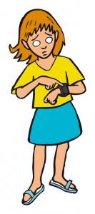 Mädchen drückt Funkarmband, um Hilfe zu holen